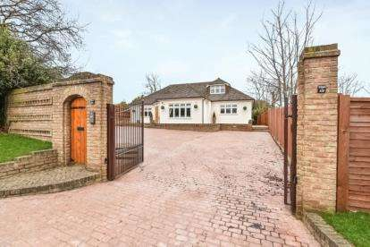 4 Bedrooms Bungalow for sale in Starts Hill Road, Farnborough, Orpington