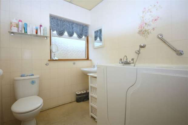 2 Bedrooms Detached Bungalow for sale in Orchard Avene, Ashford, Surrey