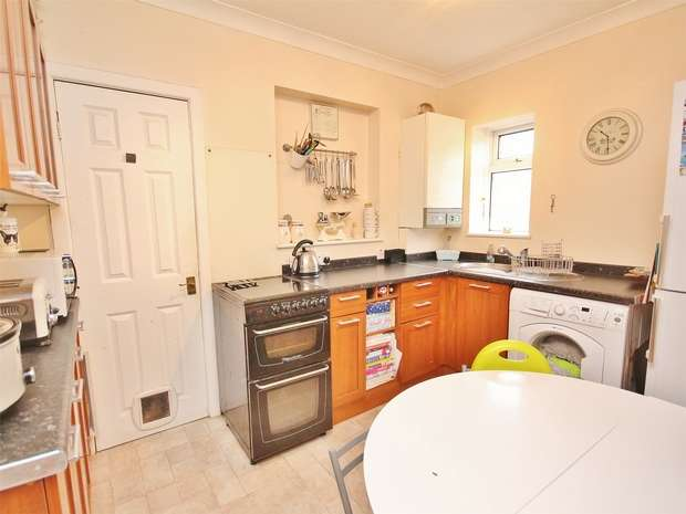 2 Bedrooms Flat for sale in Brixey Road, Parkstone, POOLE, Dorset