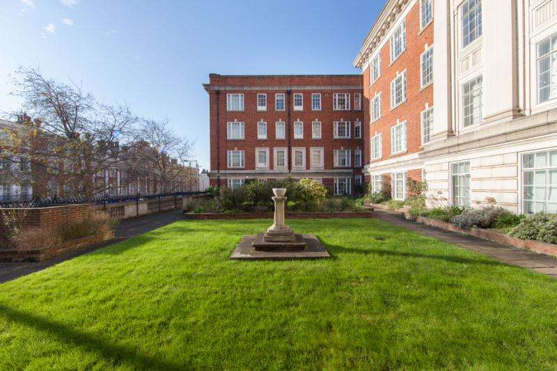3 Bedrooms Flat for sale in Phillimore Court, Kensington High Street, Kensington, London, W8