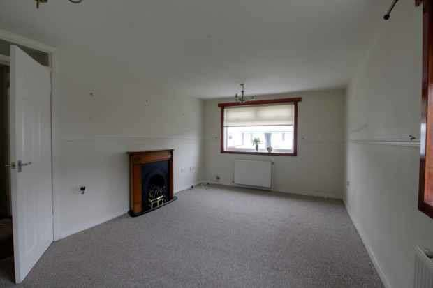 2 Bedrooms Ground Flat for sale in Wren Place, Johnstone, Renfrewshire, PA5 0RS