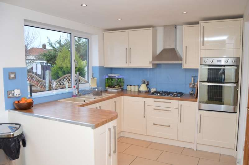 3 Bedrooms Semi Detached House for sale in Rush Green Road, Romford