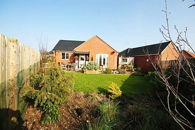 3 Bedrooms Detached Bungalow for sale in Glebe Drive, Roydon, Diss