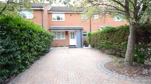 3 Bedrooms Terraced House for sale in Evenlode Way, Sandhurst, Berkshire