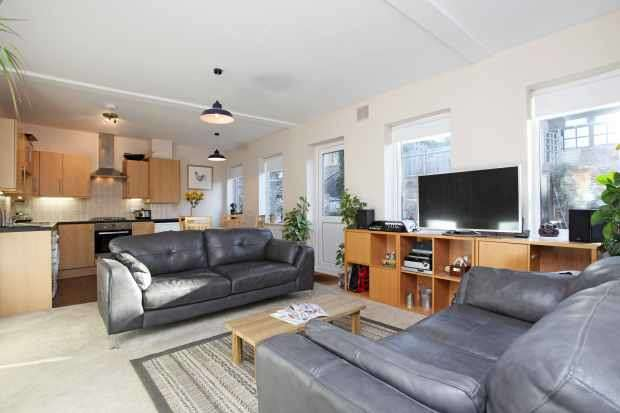2 Bedrooms Maisonette Flat for sale in High Street, Dorking, Surrey, RH4 1QR