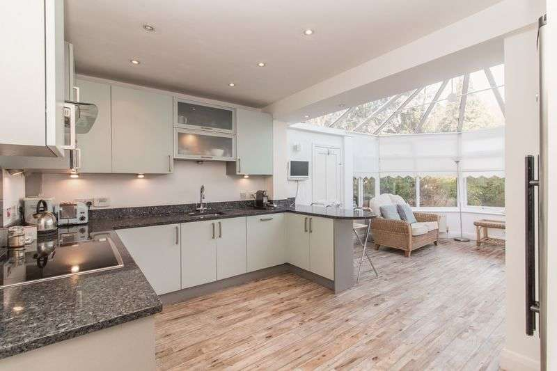 3 Bedrooms Detached House for sale in Hurst Road, Buckhurst Hill