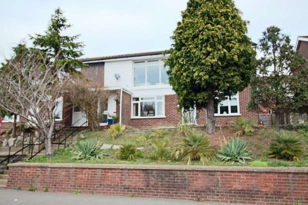 2 Bedrooms Apartment Flat for sale in New Court, New Road, Leigh-on-Sea, SS9