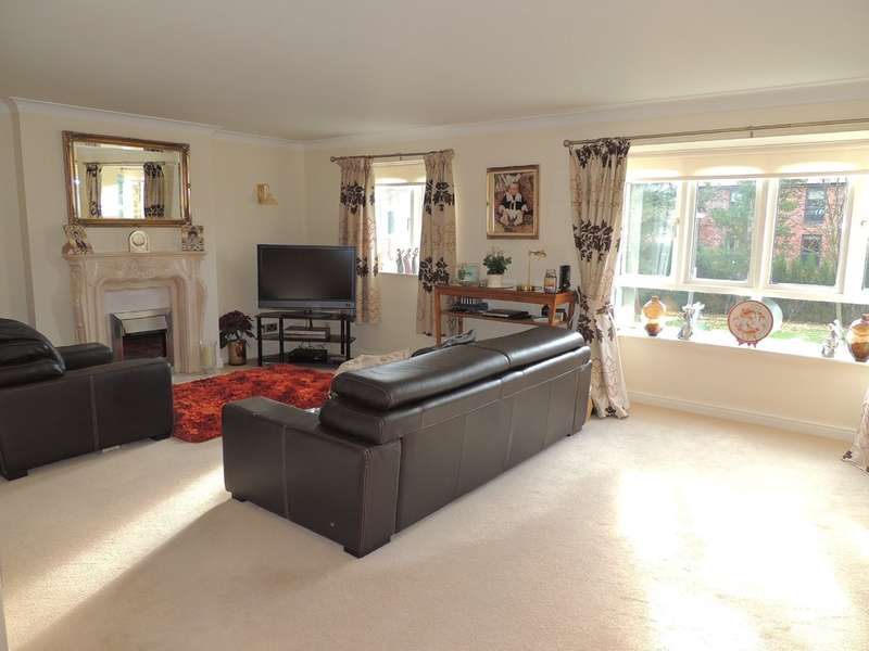 2 Bedrooms Flat for sale in Queens Court, Alderham Close