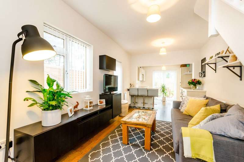 2 Bedrooms Maisonette Flat for sale in Chobham Road, Stratford, E15