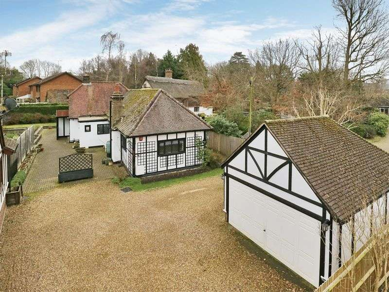 3 Bedrooms Detached Bungalow for sale in Balcombe Road, Worth, Crawley, West Sussex