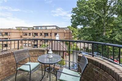 2 Bedrooms Flat for sale in Epping New Road, Buckhurst Hill