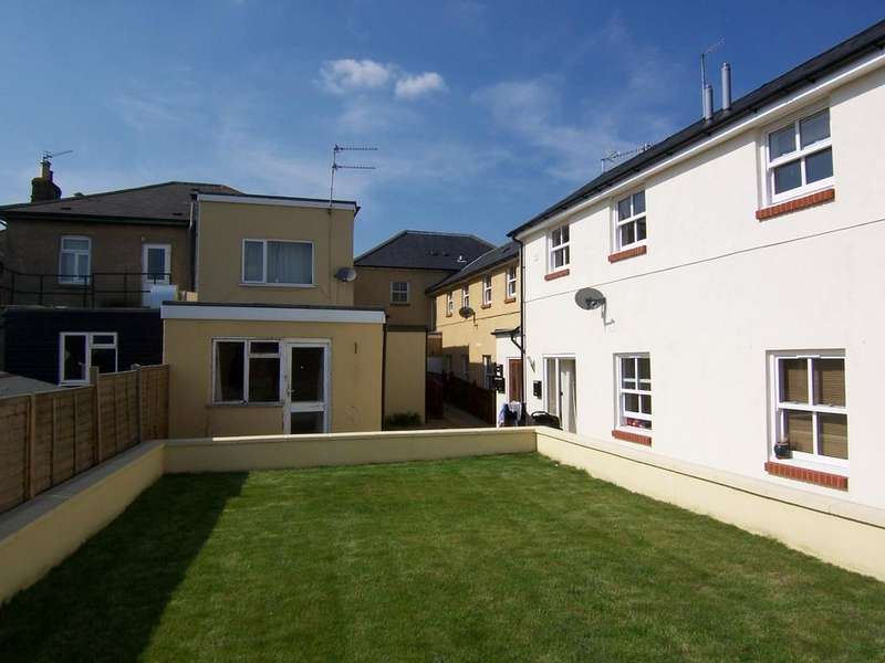 2 Bedrooms Flat for sale in Station Road, Addlestone KT15