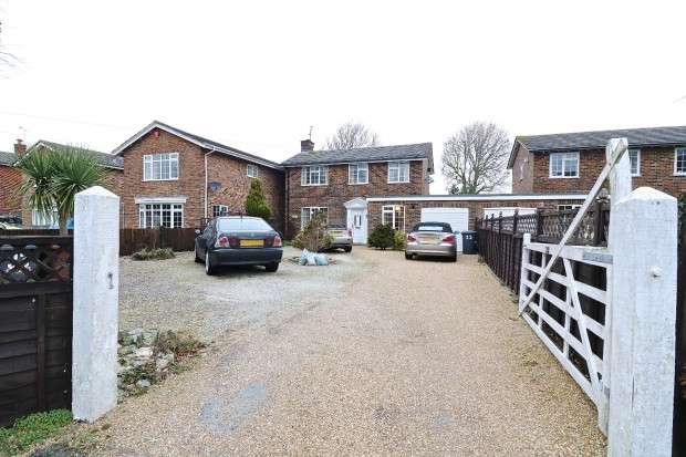 3 Bedrooms Detached House for sale in Huggetts Lane, Eastbourne, BN22