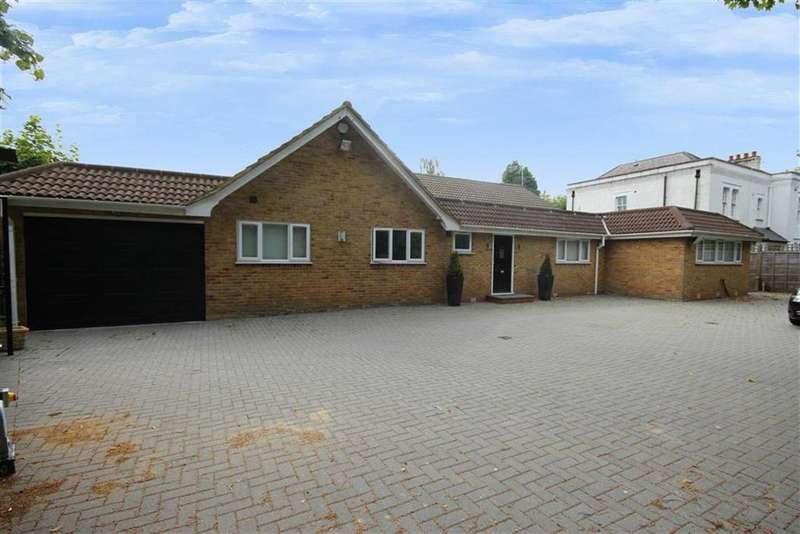 3 Bedrooms Bungalow for sale in Barnet Road, Arkley, Hertfordshire