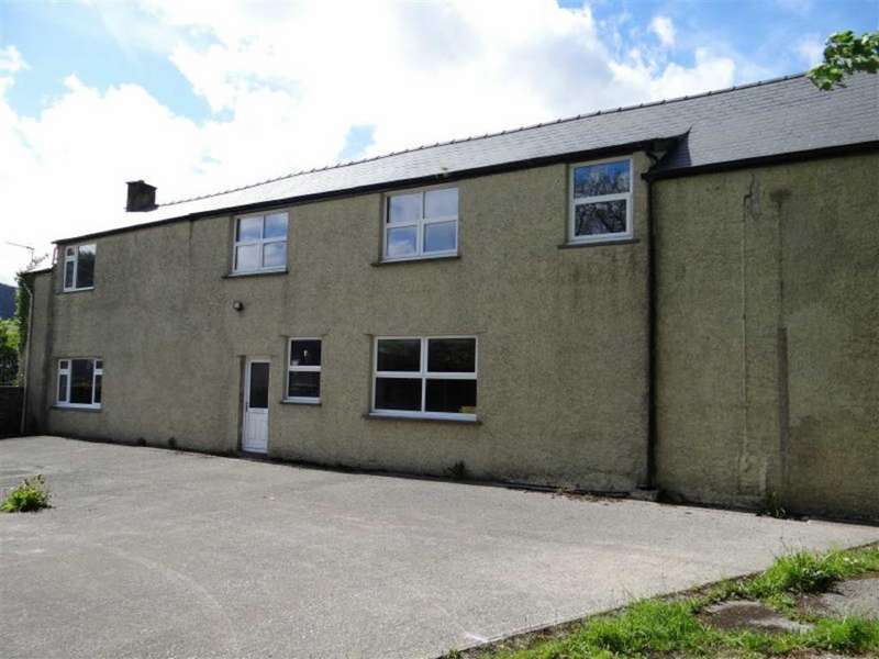 4 Bedrooms Semi Detached House for sale in The Walk, Llanrwst