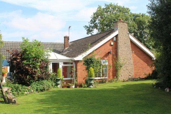 4 Bedrooms Detached Bungalow for sale in 5 Newport Road, Edgmond, Newport, Shropshire, TF10 8HH