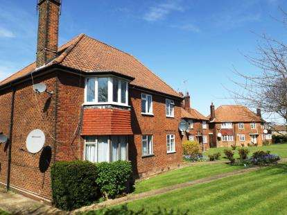 2 Bedrooms Flat for sale in Edgeworth Close, London