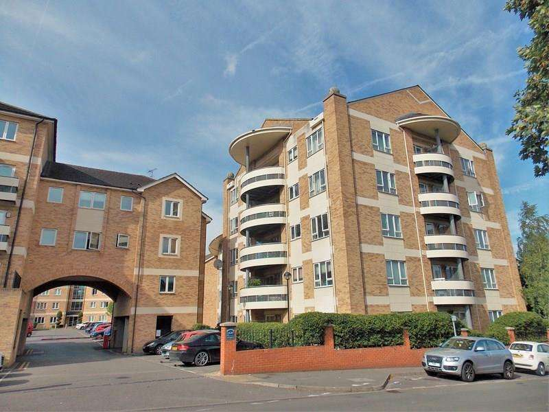 2 Bedrooms Flat for sale in Branagh Court, Reading
