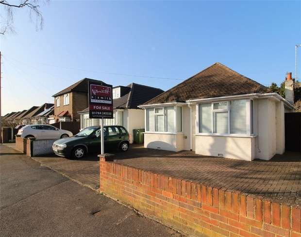 2 Bedrooms Detached Bungalow for sale in Kenilworth Road, Ashford, Surrey