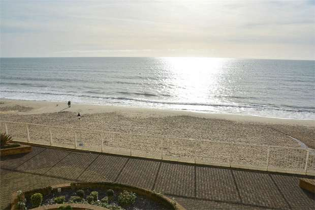 2 Bedrooms Flat for sale in Honeycombe Chine, Boscombe, Bournemouth
