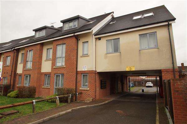 2 Bedrooms Apartment Flat for sale in Lincoln Way, Cippenham