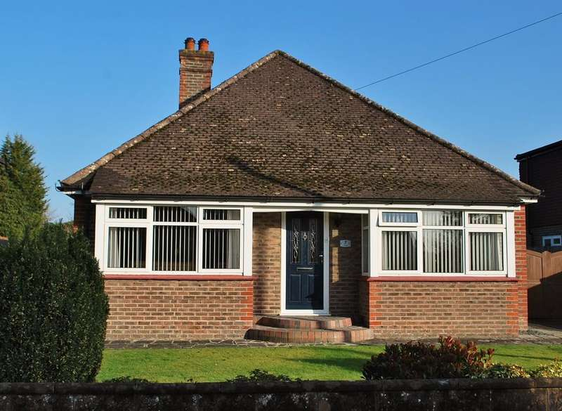 3 Bedrooms Detached Bungalow for sale in Hillside, Horsham, RH12
