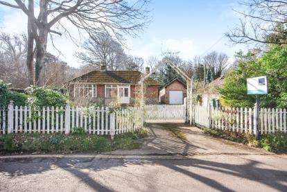 3 Bedrooms Bungalow for sale in Totland Bay, Isle Of Wight
