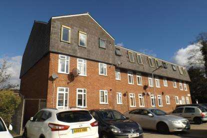 2 Bedrooms Flat for sale in Limes Avenue, Chigwell, Essex