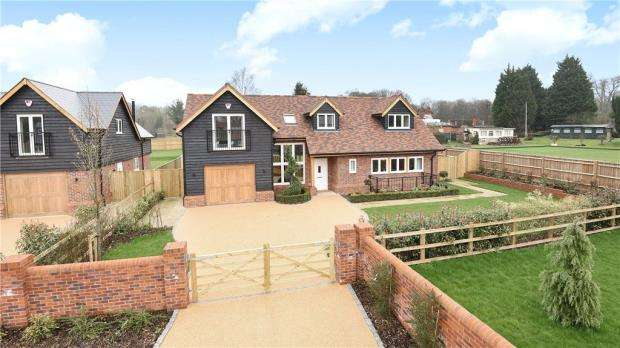 4 Bedrooms Detached House for sale in Bath Road, Littlewick Green, Berkshire