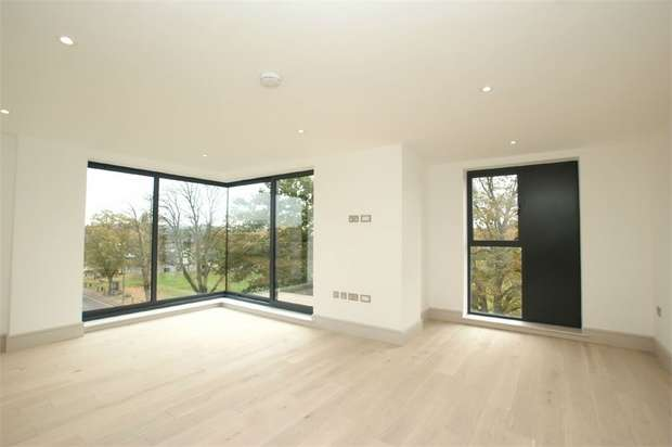 2 Bedrooms Flat for sale in Cavendish House, Queens Road, Hersham, Walton-on-Thames, Surrey