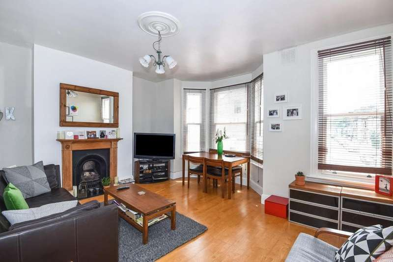2 Bedrooms Flat for sale in Harbut Road, Battersea, SW11