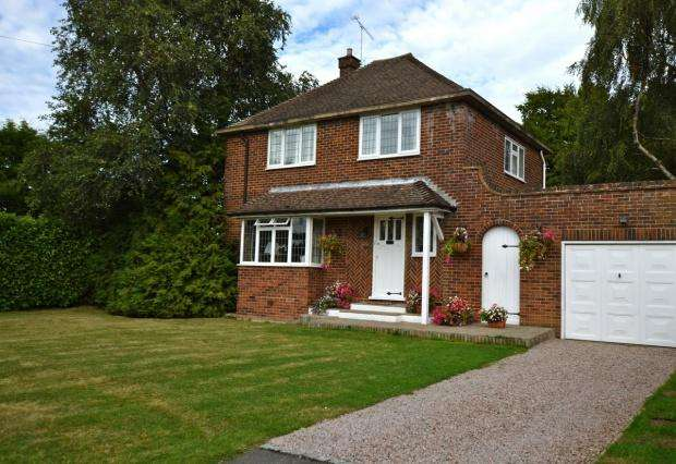 3 Bedrooms Detached House for sale in Greenacres, Bookham, KT23