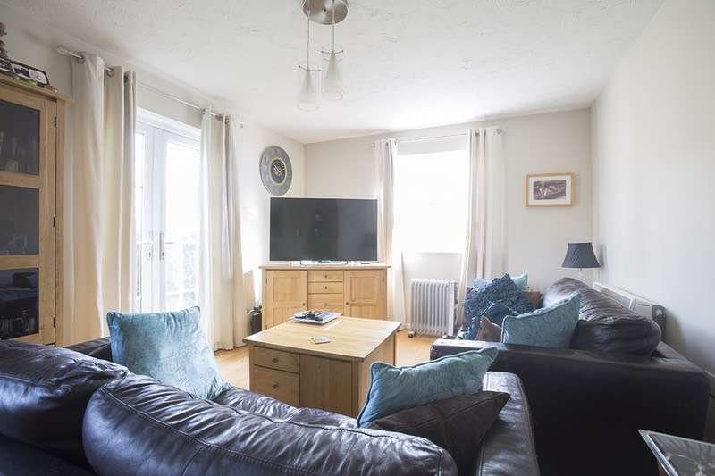 2 Bedrooms Flat for sale in Stocker Gardens, Dagenham, Essex, RM9
