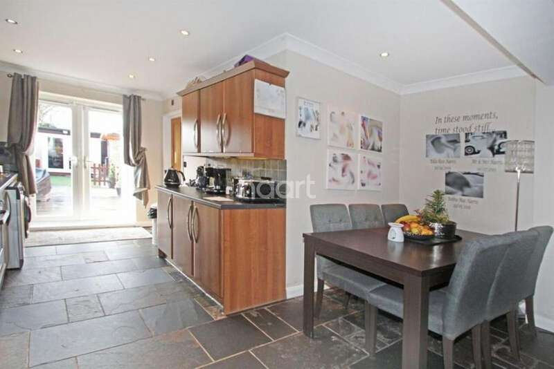 3 Bedrooms Semi Detached House for sale in Clayton Road, Rush Green