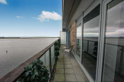 2 Bedrooms Flat for sale in Duncansby House, Prospect Place, Cardiff Bay, Cardiff