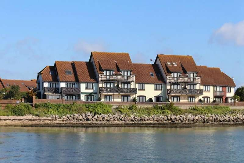 2 Bedrooms Terraced House for sale in Shamrock Way, Hythe Marina Village