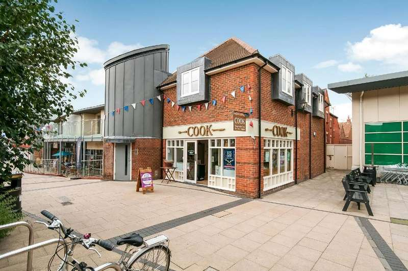 2 Bedrooms Flat for sale in Latimer Walk, Latimer Street, Romsey, Hampshire, SO51
