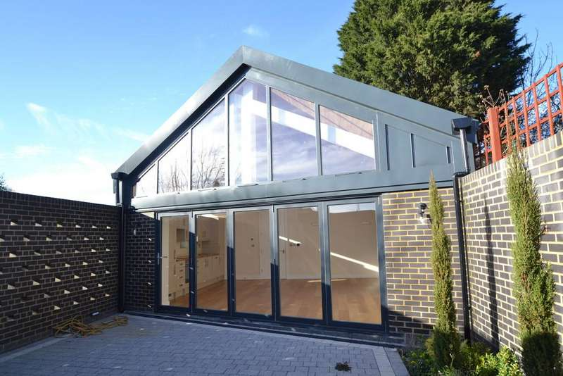 2 Bedrooms Detached Bungalow for sale in Brockley Crescent, Romford