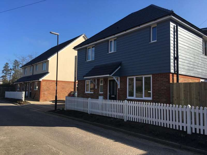 3 Bedrooms Detached House for sale in Upper St John's Road, Burgess Hill, RH15