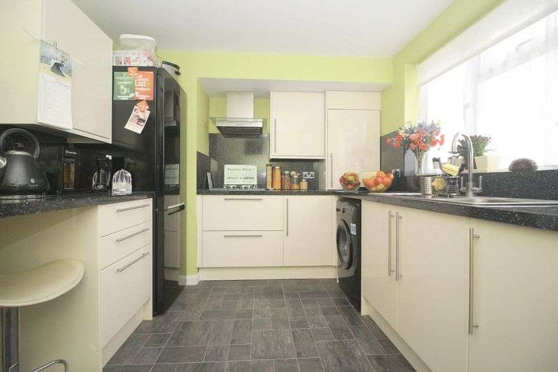 3 Bedrooms Flat for sale in Goodenough Way, Old Coulsdon