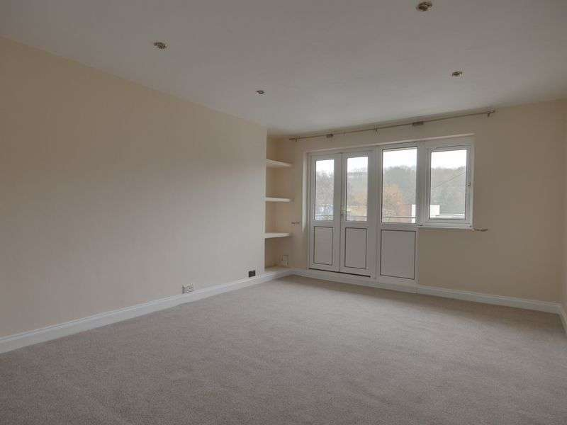 2 Bedrooms Flat for sale in Long Cross, Bristol