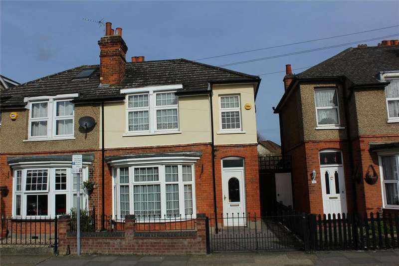 2 Bedrooms Semi Detached House for sale in Marks Road, Romford, RM7