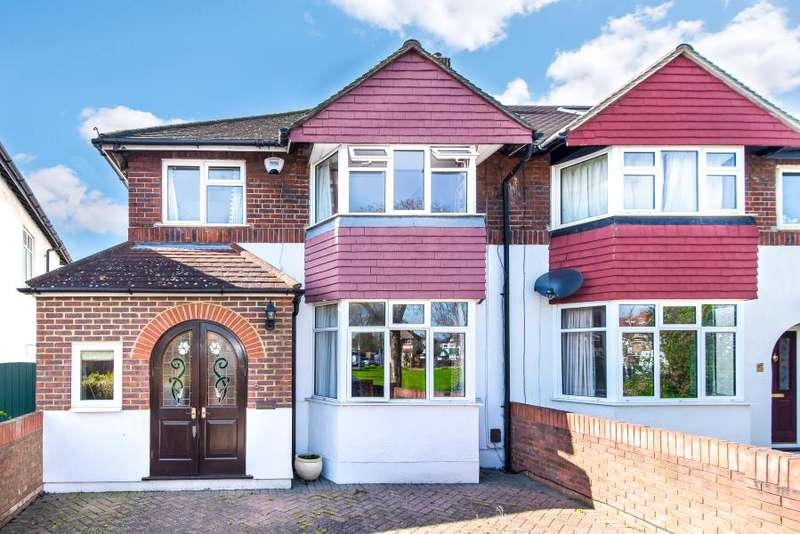 3 Bedrooms Semi Detached House for sale in Court Close, Twickenham, TW2