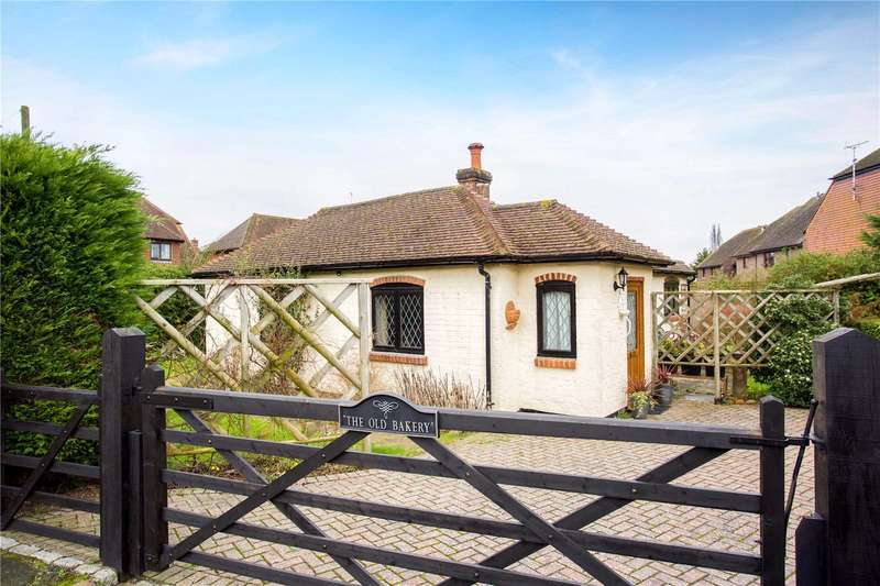 2 Bedrooms Detached Bungalow for sale in Newbridge Road East, Billingshurst, West Sussex, RH14