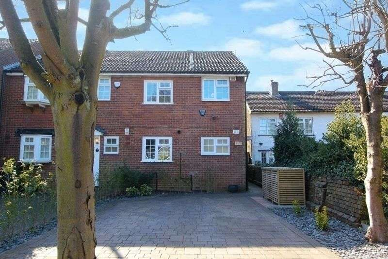 3 Bedrooms Terraced House for sale in 3 Bedrooms, Cadia Close, Caddington