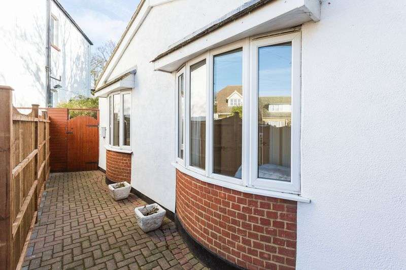 2 Bedrooms Bungalow for sale in Britannia Gardens, Westcliff-On-Sea