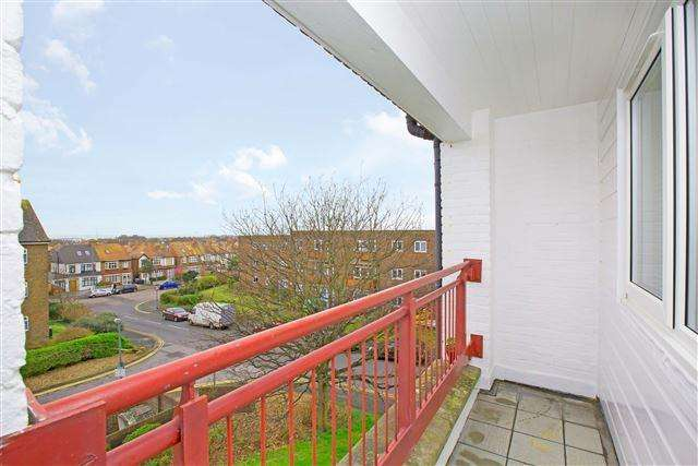 3 Bedrooms Flat for sale in Ingram Crescent West, Hove