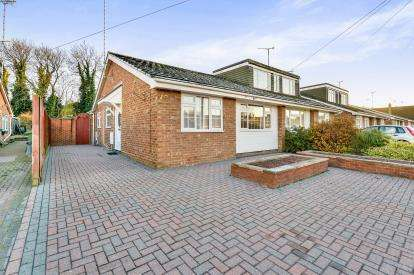 2 Bedrooms Bungalow for sale in Walnut Close, Newport Pagnell