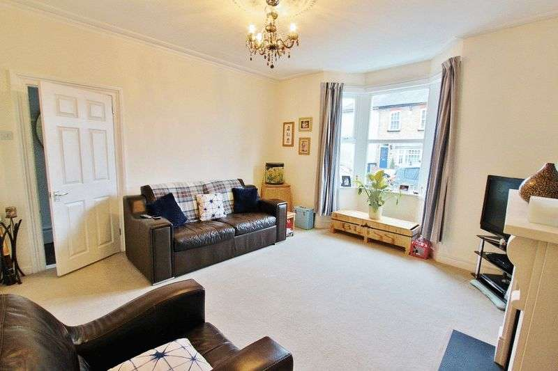 3 Bedrooms Semi Detached House for sale in Hainault Road, Romford, RM5