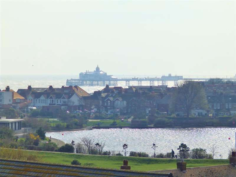 3 Bedrooms Apartment Flat for sale in Standen House, Groombridge Avenue, Eastbourne